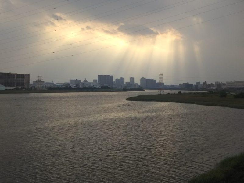 多摩川に架かる大師橋からの風景。天国からの光みたいです。