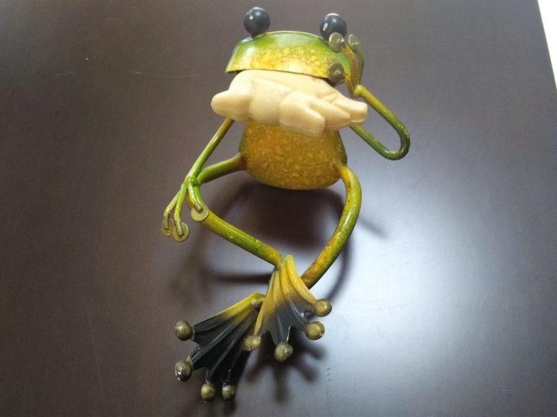 いのしし最中を食べるカエルくんです。