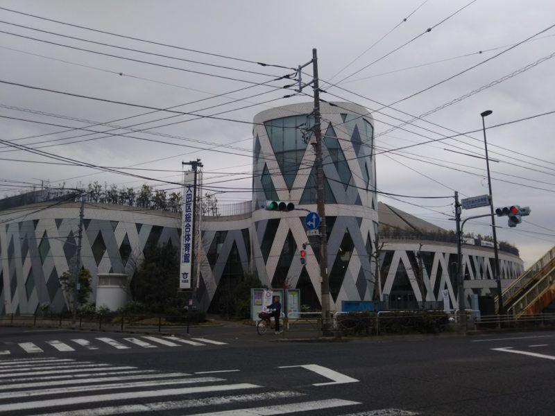 曇り空の下の大田区総合体育館です。