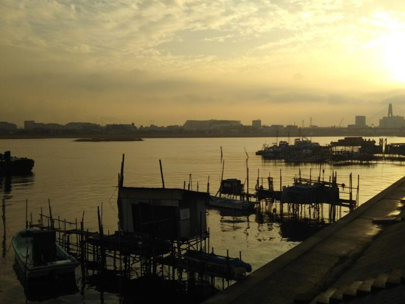 多摩川の河口近く、羽田の夕日です。