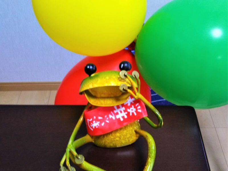桜井マッハ速人氏のたすきをかけたカエルくんです。