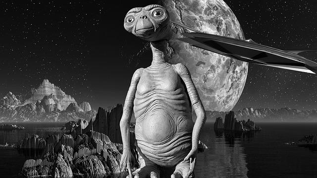 E.T.とUFOです。