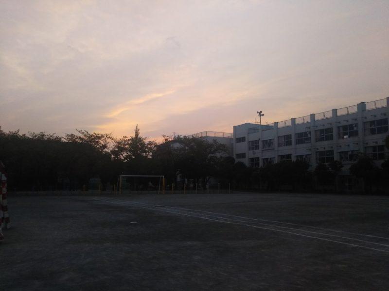夕暮れの小学校の校庭です。