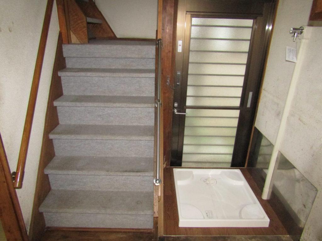 萩中1丁目DIY貸家の室内洗濯機置き場と階段です。