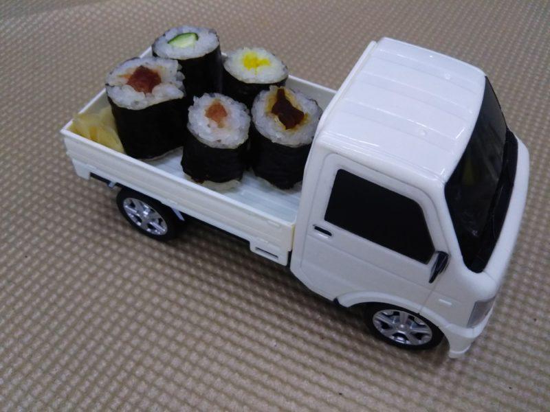 スズキの軽トラに乗ったお寿司です。