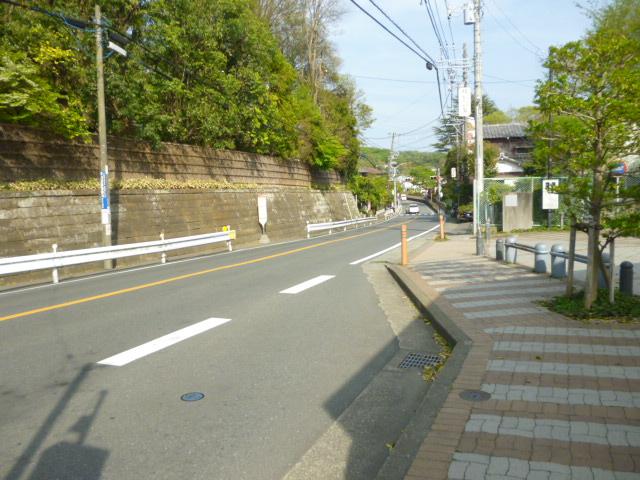 バス停前の道路です。