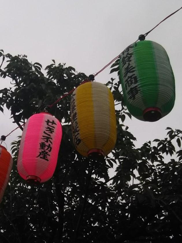 浜竹神社の盆踊りのせき不動産の提灯です。