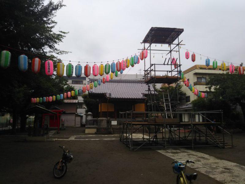 浜竹神社の盆踊りのやぐらと提灯です。