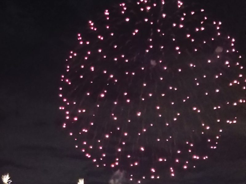 六郷土手で開かれる「花火の祭典」です。