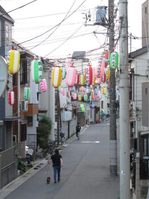 羽田神社例大祭の提灯を下げた街並みです。