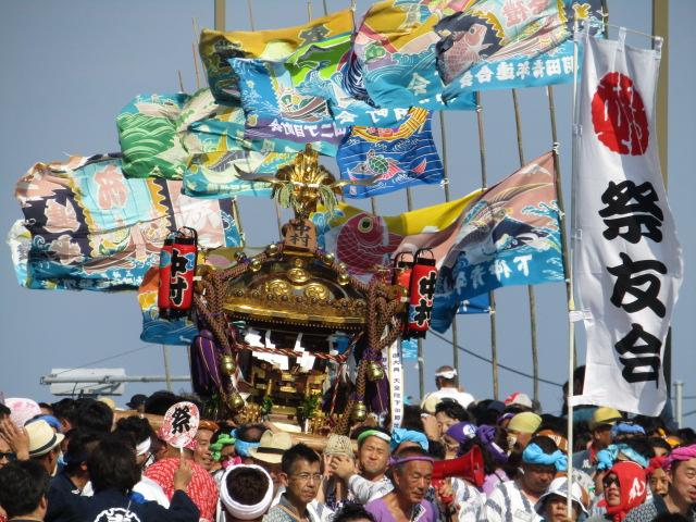 羽田神社例大祭で弁天橋を渡るお神輿と大漁旗です。