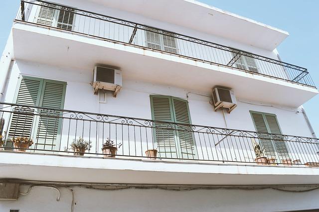 白いアパートの外観です。