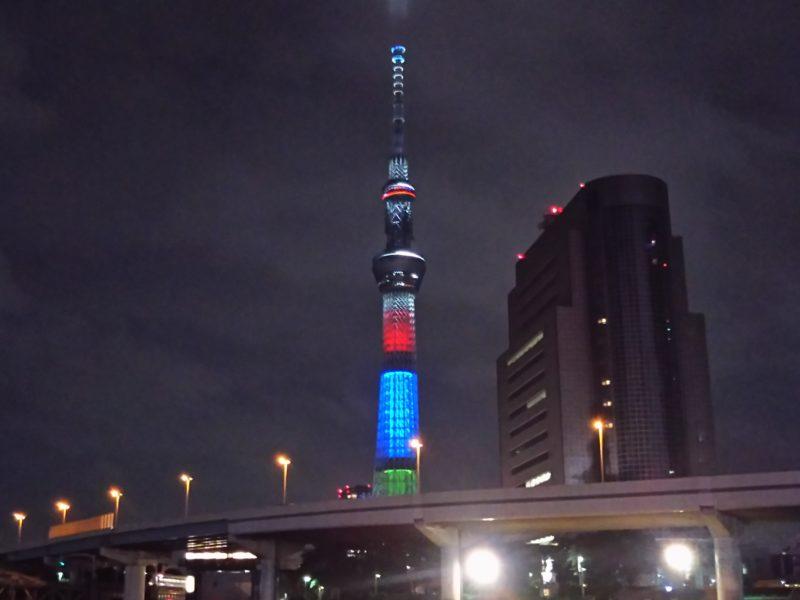 オリンピック・パラリンピックの特別ライティングの東京スカイツリーと隅田川です。