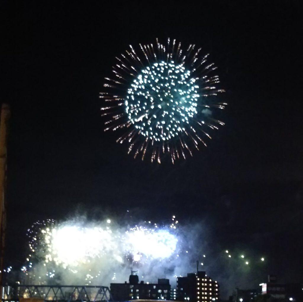 終戦の日に行われる、大田区の「花火の祭典」です。