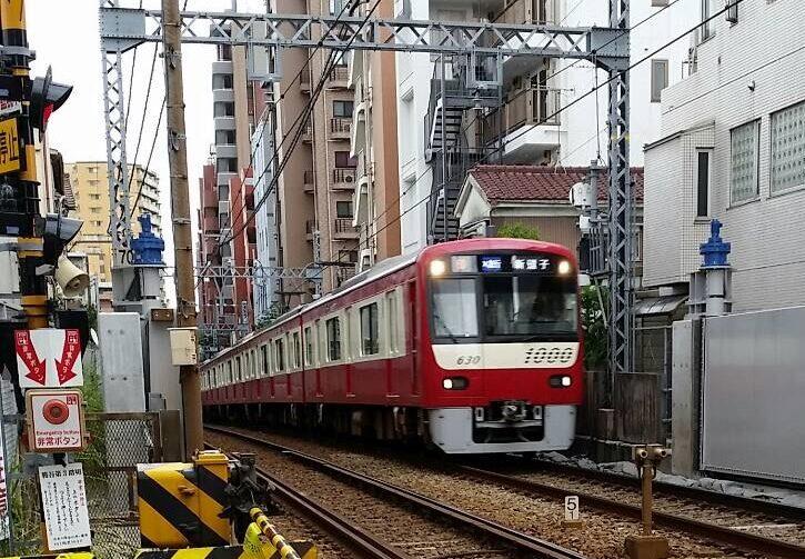 観音堂そばの踏切を通る、京急空港線の新逗子行きです。