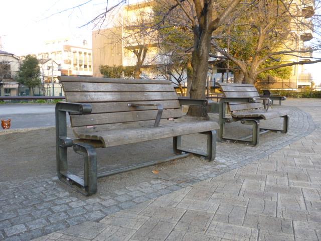 大田区呑川近く大森南のベンチです。