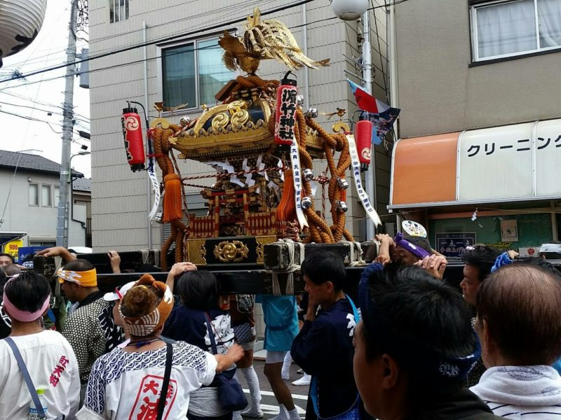 観音堂商店会を渡る、浜竹神社のお神輿です。