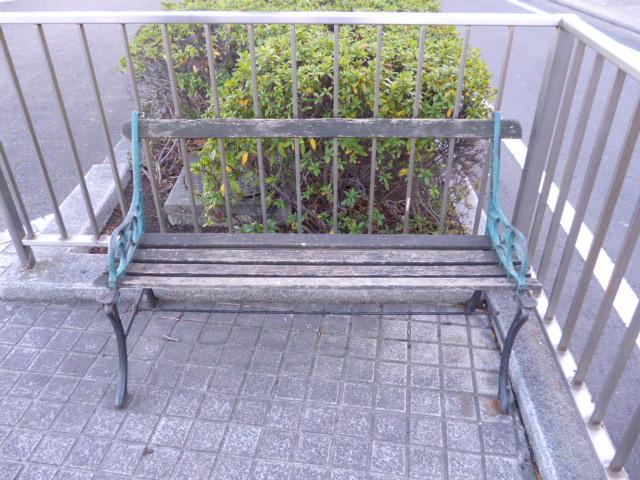 大田区海老取川近くのベンチです。