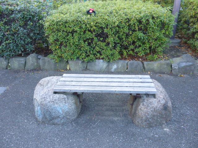 大田区海老取川の遊歩道のベンチです。