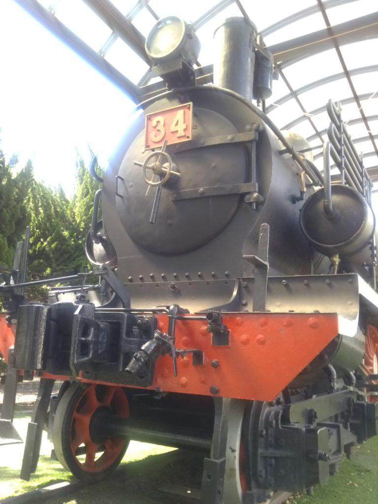 萩中公園内のガラクタ公園の蒸気機関車です。