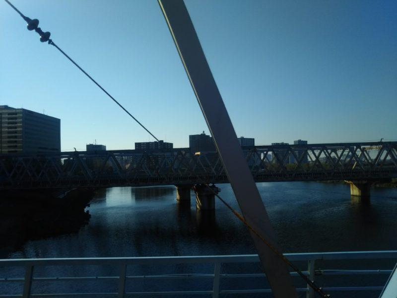 多摩川を渡る京浜急行の車窓の風景です。