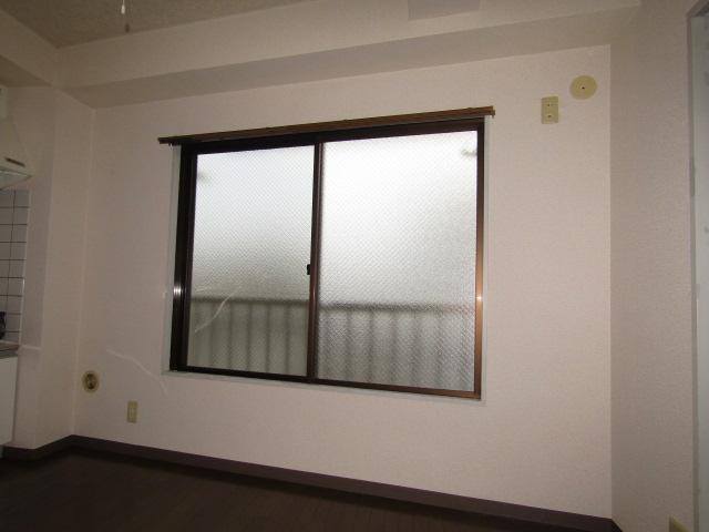 ハイツ佐藤のキッチンの窓です。