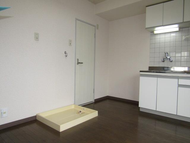 ハイツ佐藤の室内洗濯機置き場です。
