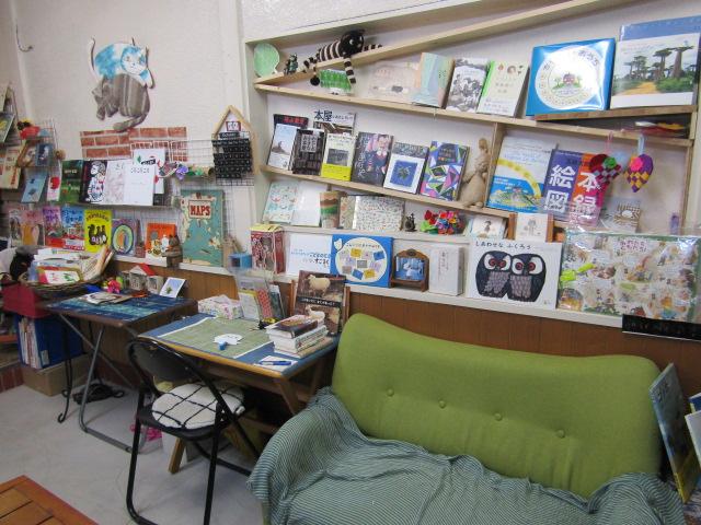 ひらけごま文庫の本とソファーです。