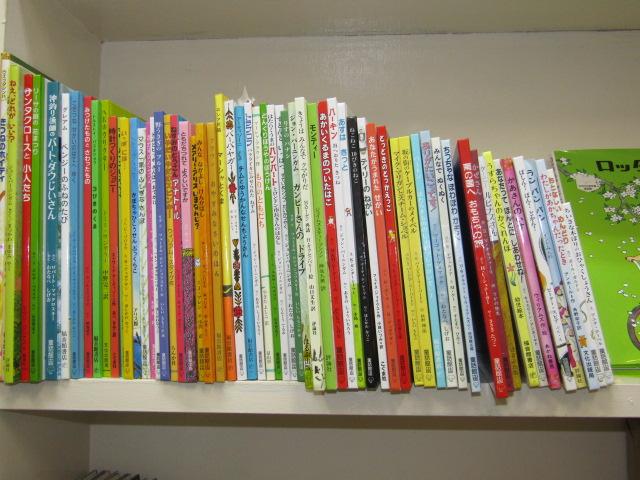 ひらけごま文庫の本棚の子供向けの本です。