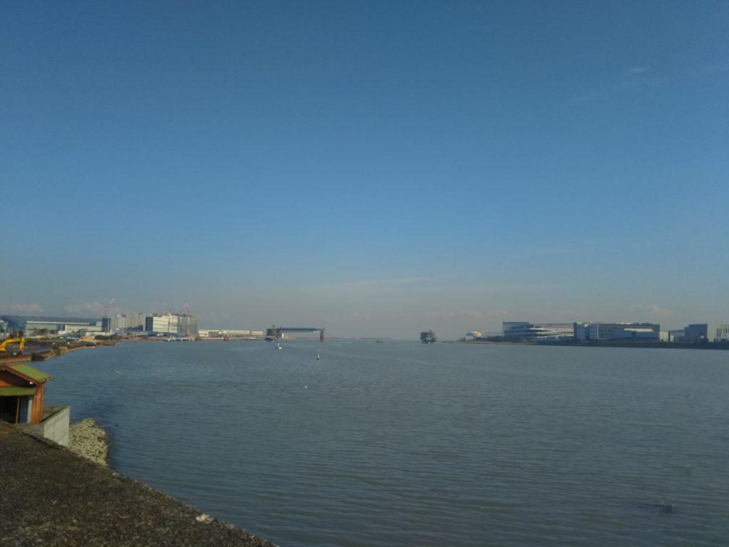 五十間鼻から多摩川の河口を見たところです。