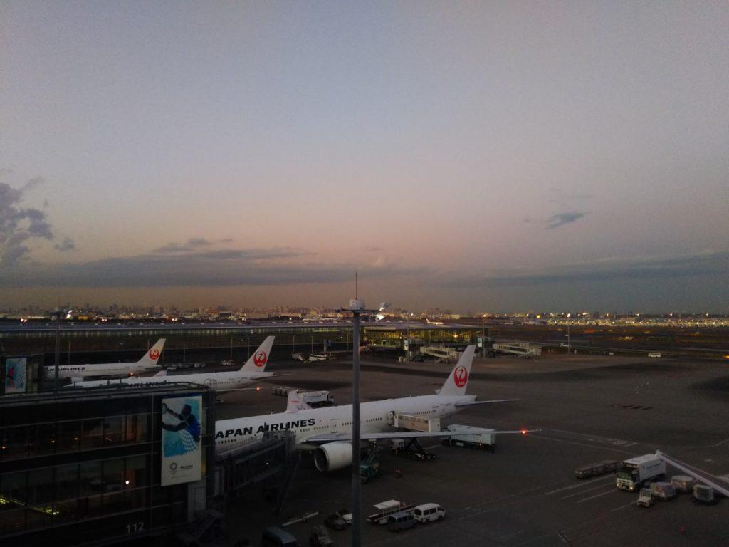 羽田空港国際線ターミナルの展望室から見た飛行機です。