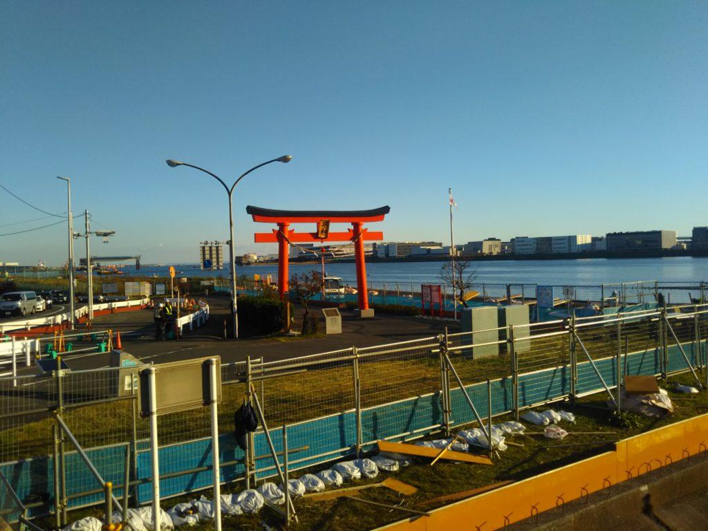 羽田空港の入口の弁天橋の鳥居です。