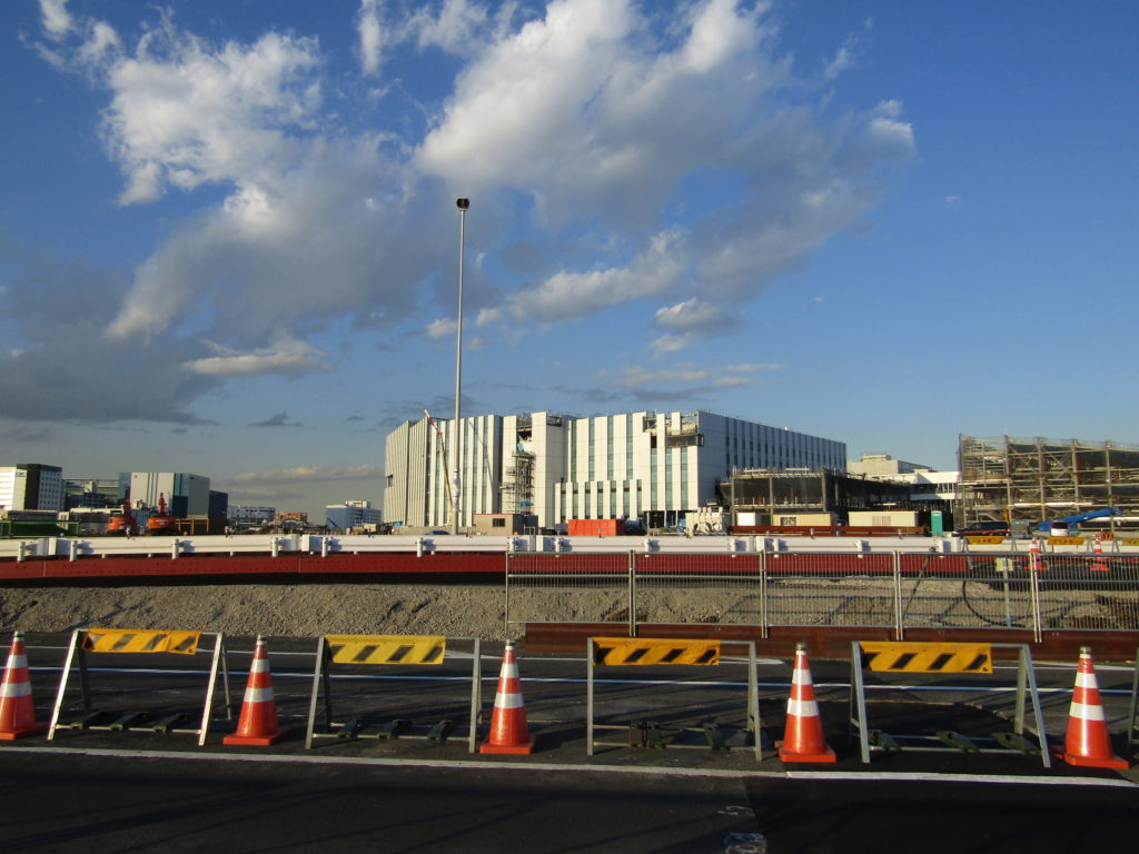 羽田空港の敷地内の道路工事の様子です。