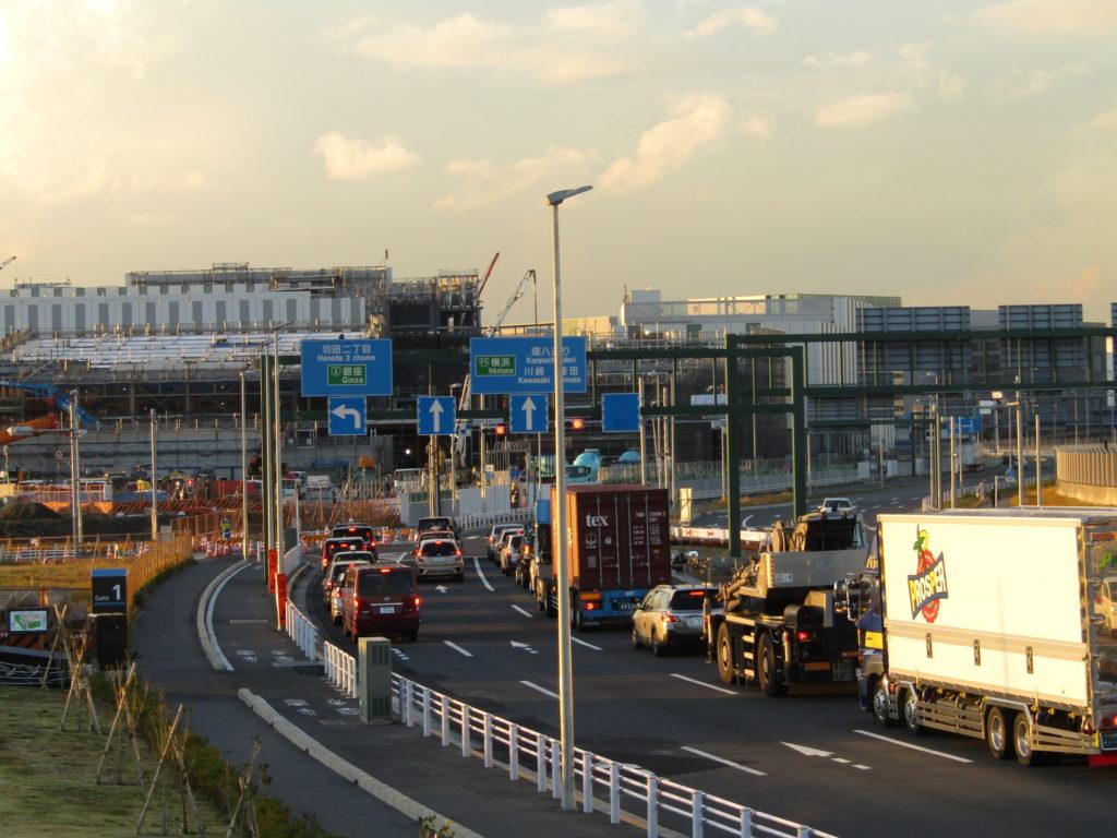 羽田空港内の新しい建物を建築している様子です。