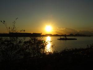羽田空港内の敷地から見えた夕日です。