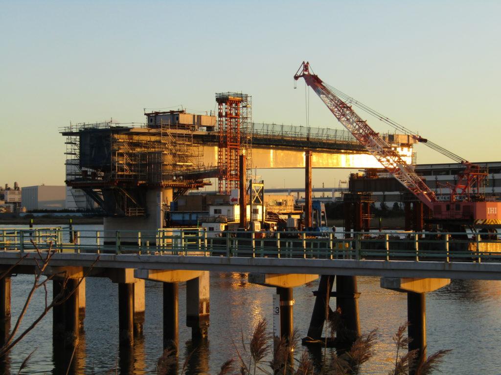 多摩川に建設中の羽田空港へつながる新しい橋です。