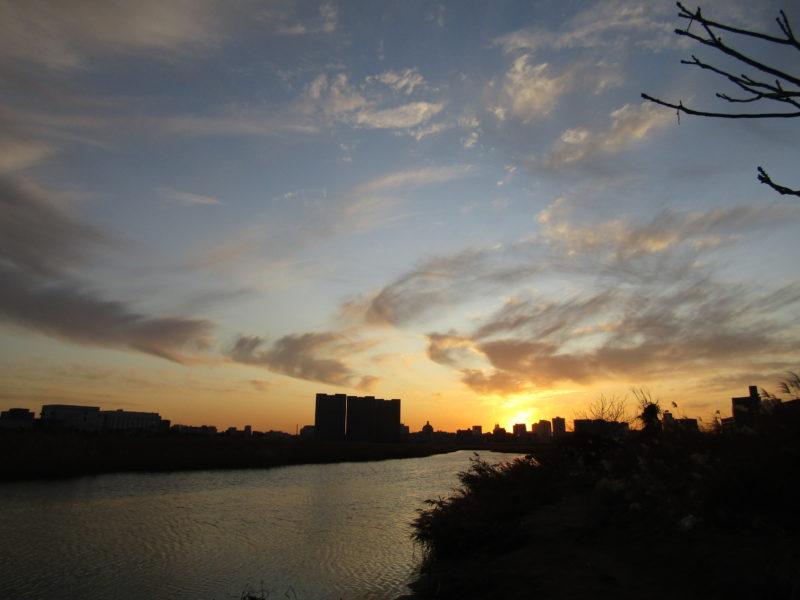 大田区南六郷の多摩川河川敷の夕日です。