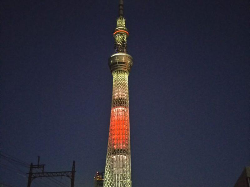 日の丸のライトアップの東京スカイツリーです。