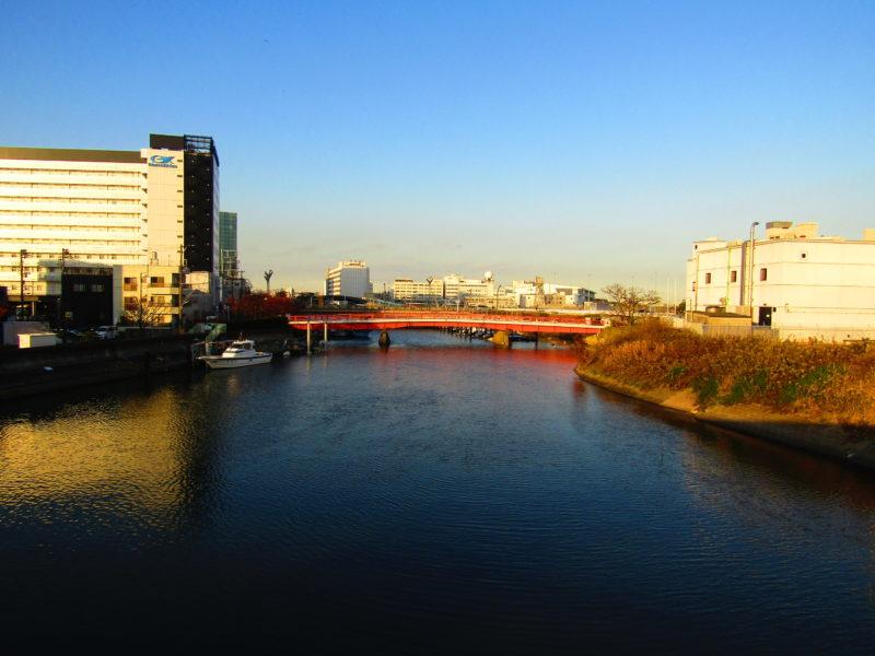 大田区羽田の海老取川の風景です。