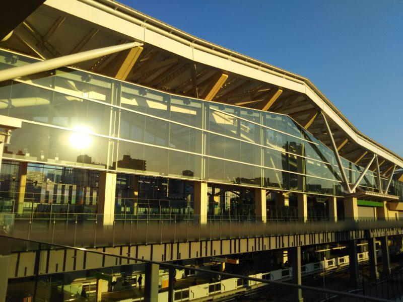 JRの新駅、高輪ゲートウェイの外観です。