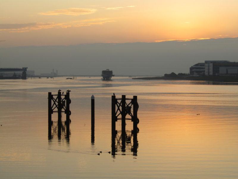 多摩川の河口付近の夜明けです。