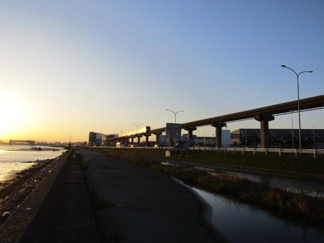 多摩川と東京モノレールの軌道です。