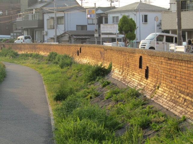 羽田の赤レンガの堤防です。