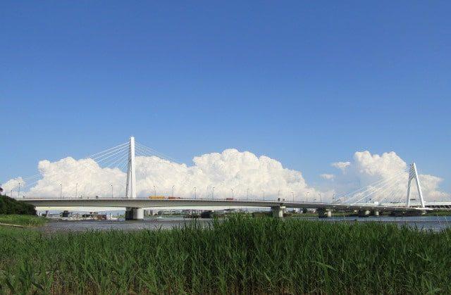 多摩川の大師橋と入道雲です。