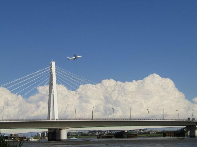 多摩川の大師橋と入道雲と飛行機です。