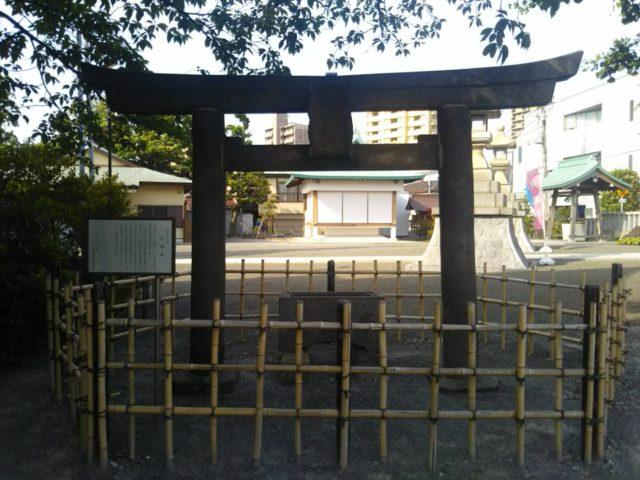 子安神社の境内にある大田区最古の石の鳥居です。