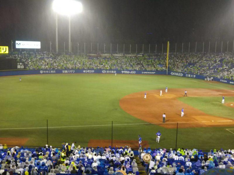 かつての神宮球場での横浜対ヤクルト戦のナイターです。