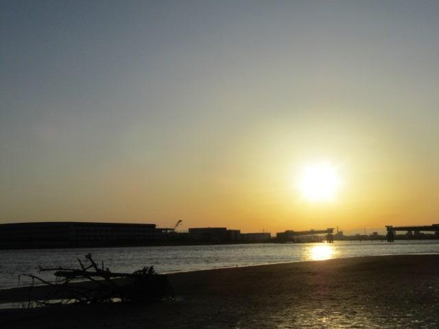 多摩川の河口付近の夕日です。