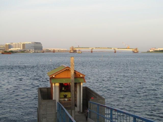 多摩川の河口付近の五十件鼻無縁仏堂です。