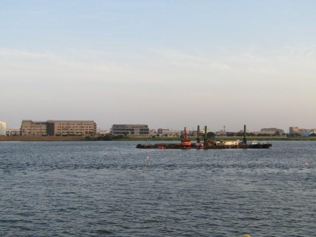 多摩川の浚渫をしている船です。